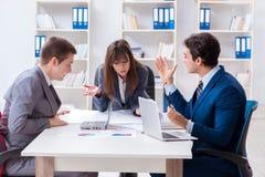 Biznesowy spotkanie z pracownikami w biurze obraz royalty free