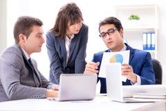 Biznesowy spotkanie z pracownikami w biurze fotografia stock
