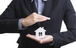 Biznesowy sprzedawca ręki mienia domu ubezpieczenie Zdjęcie Stock