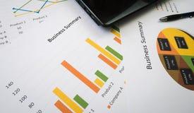Biznesowy streszczenie lub planu biznesowego raport z mapami i wykresami w Biznesowym pojęciu Zdjęcie Royalty Free