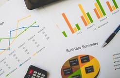 Biznesowy streszczenie lub planu biznesowego raport z mapami i wykresami w Biznesowym pojęciu Zdjęcie Stock