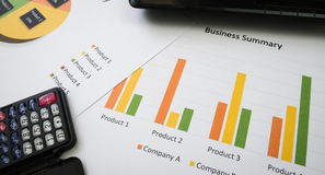 Biznesowy streszczenie lub planu biznesowego raport z mapami i wykresami w Biznesowym pojęciu Zdjęcia Royalty Free