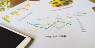Biznesowy streszczenie lub planu biznesowego raport z mapami i wykresami w Biznesowym pojęciu Obraz Stock