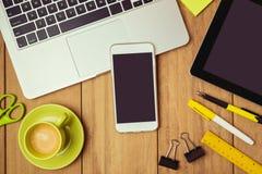 Biznesowy tło z smartphone i laptopem na biuro stole Smartphone egzamin próbny w górę szablonu Fotografia Royalty Free