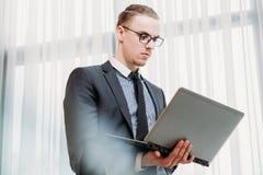 Biznesowy technologia laptopu interneta dostęp łączy fotografia royalty free