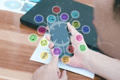 Biznesowy technologii pojęcie, ludzie biznesu ręk używa mądrze phon Fotografia Royalty Free