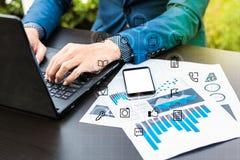 Biznesowy technologii pojęcie, ludzie biznesu ręk używa mądrze phon Zdjęcie Stock