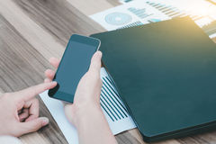 Biznesowy technologii pojęcie, ludzie biznesu ręk używa mądrze phon Obrazy Stock