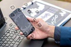Biznesowy technologii pojęcie, ludzie biznesu ręk używa mądrze phon Fotografia Stock