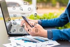 Biznesowy technologii pojęcie, ludzie biznesu ręk używa mądrze phon Zdjęcie Royalty Free