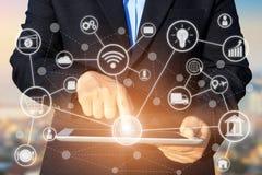 Biznesowy technologii pojęcie, ludzie biznesu ręk używa pastylkę co Zdjęcia Stock