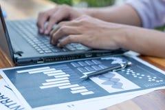 Biznesowy technologii pojęcie, ludzie biznesu ręki use laptopu przeciwu Fotografia Royalty Free