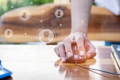 Biznesowy technologii pojęcie, ludzie biznesu ręki use laptopu przeciwu Obrazy Royalty Free