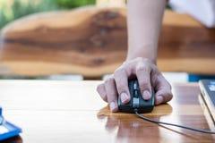 Biznesowy technologii pojęcie, ludzie biznesu ręki use laptopu przeciwu Obraz Royalty Free