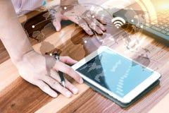 Biznesowy technologii pojęcie, ludzie biznesu ręki use pastylki przeciwu Obrazy Stock