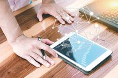 Biznesowy technologii pojęcie, ludzie biznesu ręki use pastylki przeciwu Zdjęcie Stock