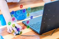 Biznesowy technologii pojęcie, ludzie biznesu używa smartphone i l Obraz Royalty Free