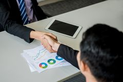 Biznesowy uścisk dłoni i praca zespołowa dla sukcesu zdjęcie stock