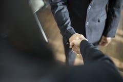 Biznesowy uścisk dłoni i ludzie biznesu obraz stock