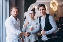 Biznesowy uścisk dłoni i ludzie biznesu pojęć zdjęcia royalty free