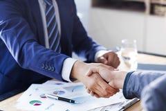 Biznesowy uścisk dłoni w biurze obraz stock