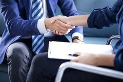 Biznesowy uścisk dłoni w biurze zdjęcie stock