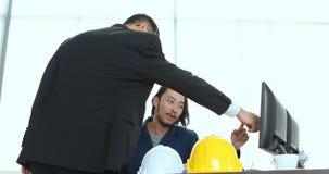 Biznesowy uścisk dłoni wpólnie w nowożytnym biurze Potomstwo inżyniera teraźniejszości praca wykonawczy inżynier zbiory