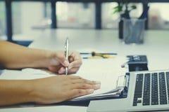 biznesowy writing na papierze w biurze Zdjęcie Royalty Free
