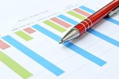 Biznesowy wykres z czerwonym piórem Obrazy Royalty Free