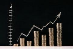 Biznesowy wykres z strzała i monetami Zdjęcia Royalty Free