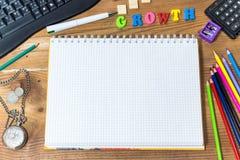 Biznesowy wzrostowy pojęcie obrazka writing z notatnik zieleni piórem i kalkulatorem, stary kieszeniowy zegarek, kolorowi pióra Fotografia Royalty Free