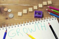 Biznesowy wzrostowy pojęcie obrazka writing z zielonym piórem i kalkulatorem, stary kieszeniowy zegarek, kolorowi pióra Fotografia Royalty Free