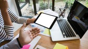 biznesowy zaczynać biznesowy Grupa młodego kierownictwa założycielski analizuje otaksowanie przy kawiarnią lub nowożytnym biurem zdjęcia royalty free