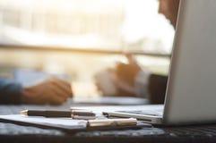 biznesowy zaczynać biznesowy Grupa młody kierownictwo założyciel przy kawiarnią lub nowożytnym biurem obrazy royalty free