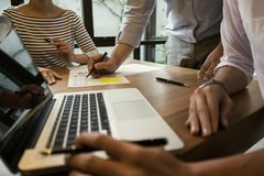 biznesowy zaczynać biznesowy Grupa młody kierownictwo założyciel przy kawiarnią lub nowożytnym biurem zdjęcie stock