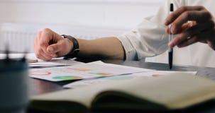 Biznesowy zbliżenie młodego człowieka obsiadania stół w biurze papiery badają analityka przedsiębiorcy przemysłowego marketing zbiory