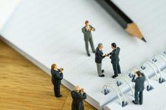 Biznesowy zgody pojęcie jako miniaturowi ludzie biznesmen ręk zdjęcie royalty free