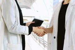 Biznesowych kobiet powitanie i chwianie ręka, Biznesowy negocjaci spotkanie Obrazy Royalty Free