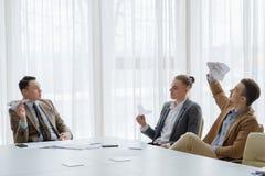 Biznesowych mężczyzna papier hebluje spotykać dziecięcy zdjęcie stock