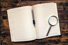 Biznesowych spotkań agendy notatnik z ołówkiem i loupe Obrazy Royalty Free