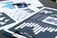 Biznesowych statystyk sukcesu pojęcie: biznesmen analityka fina Fotografia Royalty Free