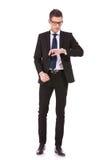 biznesowych szkieł przyglądający mężczyzna zegarka target2352_0_ Zdjęcie Royalty Free
