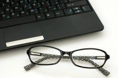 biznesowych szkieł klawiaturowy laptop blisko Zdjęcie Stock