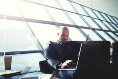 Biznessmen vérifie le courrier et le départ de attente Images stock