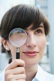 Biznesswoman con il magnifier Fotografie Stock Libere da Diritti