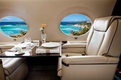 Biznesu aiircraft dżetowy porthole z widokiem morza i plaży resor Obraz Stock