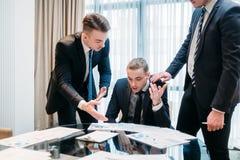 Biznesu argumenta debaty papieru drużynowa dyskusja zdjęcia stock