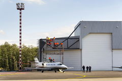 Biznesu Cessna cytaci Excel 560XL dżetowi stojaki przed lotniskowym hangarem na Wrześniu 22, 2012 w Ostrava, republika czech Obraz Royalty Free