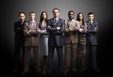 Biznesu drużyna tworząca młodzi biznesmeni