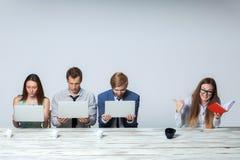 Biznesu drużynowy działanie na ich biznesowym projekcie obraz stock